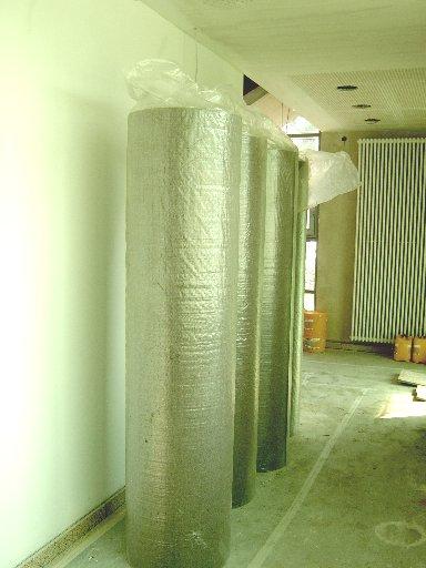 Große Teppichrollen in den Fluren warten auf ihre Verarbeitung in den einzelnen Räumen.