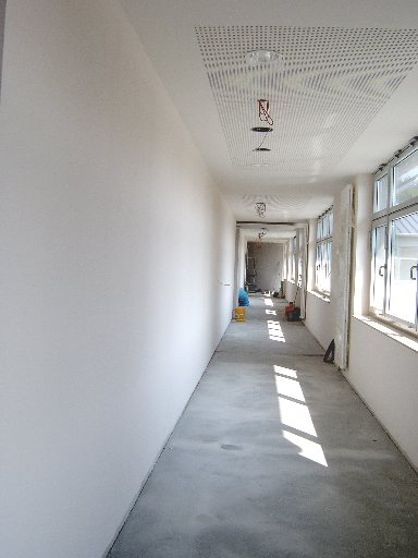 Der Blick in einen langen Flur zeigt den Fortschritt und den aktuellen Stand der Arbeiten.