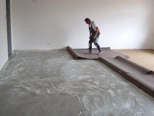 In den unteren Räumen müssen allerdings noch die Teppichböden verklebt werden.