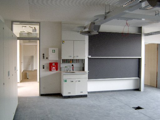 Auch die Tafeln und andere Apparaturen sind hier schon angebracht.