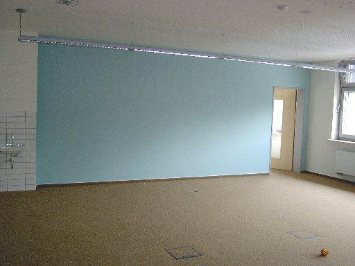 Manchmal sind ganze Wände farblich gestaltet – wie hier im Computerraum.