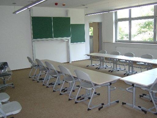 Schön aufgereiht warten Tische und Stühle nur noch darauf, dass die Schüler endlich kommen.