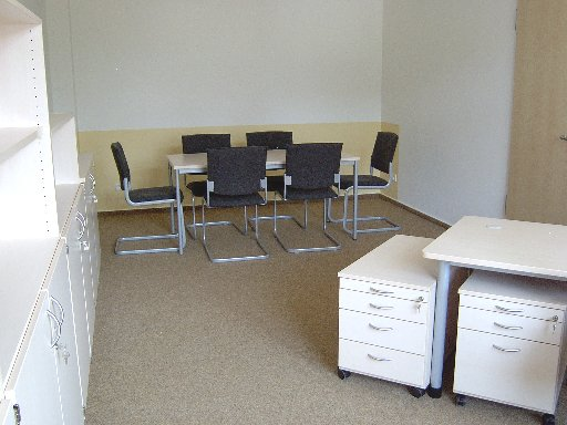 Im Schulleiterzimmer ist gleichzeitig Gelegenheit für Besprechungen in kleiner Runde.