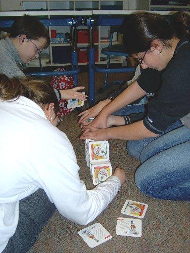 Das Bauen eines Kartenhauses verlangt hohe Konzentration und beste Abstimmung im Team.