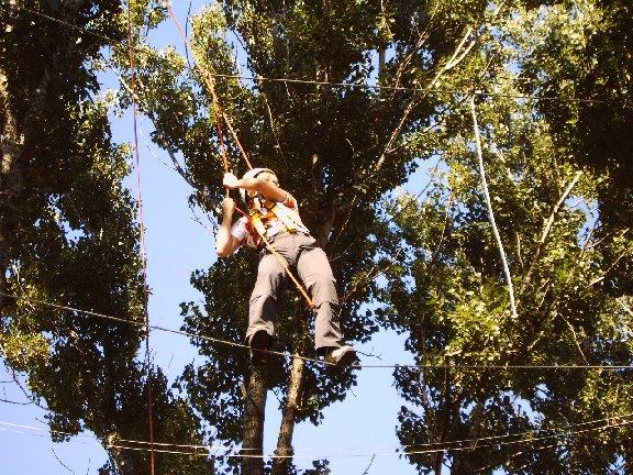 Nur im Vertrauen auf andere wagt man die Balance über ein Seil in 9 Meter Höhe.