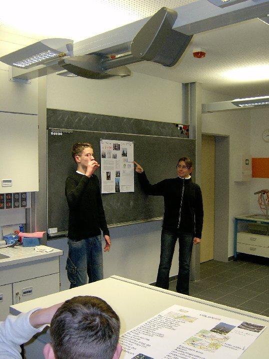"""Die Schüler präsentieren im """"Team-Teaching"""" ihre Arbeitsergebnisse."""