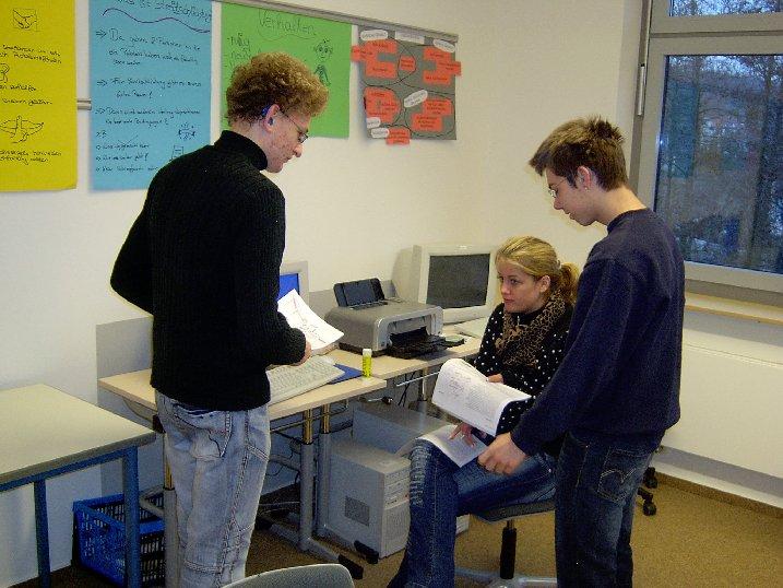 Arthur, Yannik und Nina tauschen ihre gesammelten Informationen aus.