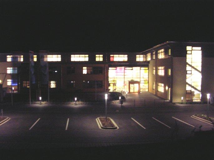 Am frühen Morgen glänzt die Schule in freudiger Erwartung des Festes.