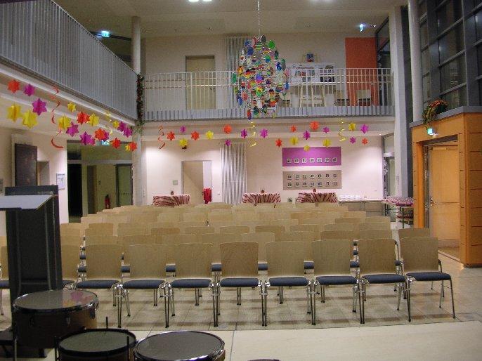 Die Aula ist hergerichtet für 150 Gäste.
