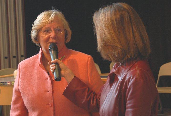 WDR-Moderatorin Gisela Steinhauer interviewt Frau Seifert, Vorsitzende der Landschaftsversammlung.