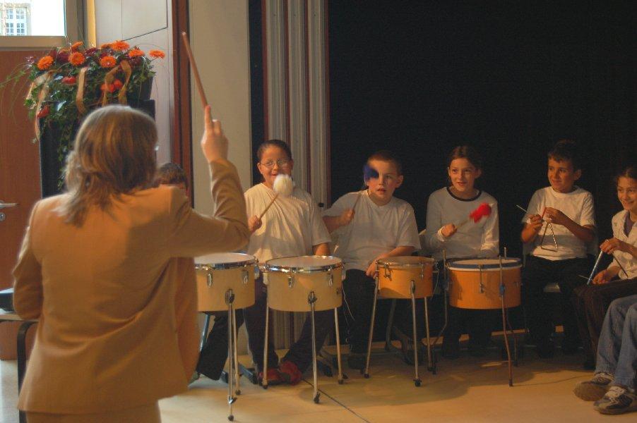 """Das Orchester spielt """"Freude schöner Götterfunken"""" unter Leitung von Frau Nückel."""