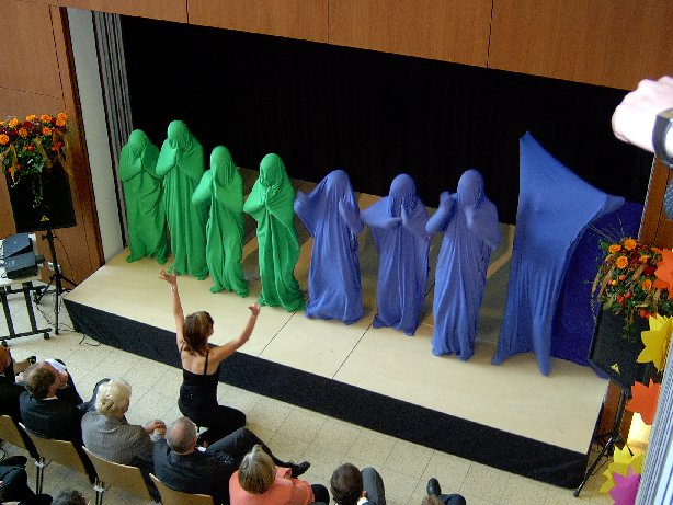 """Frau Fromm dirigiert die """"Tanzsäcke""""."""