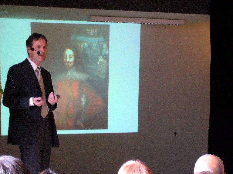 Herr Köjer führt das Publikum durch die Schulgeschichte.