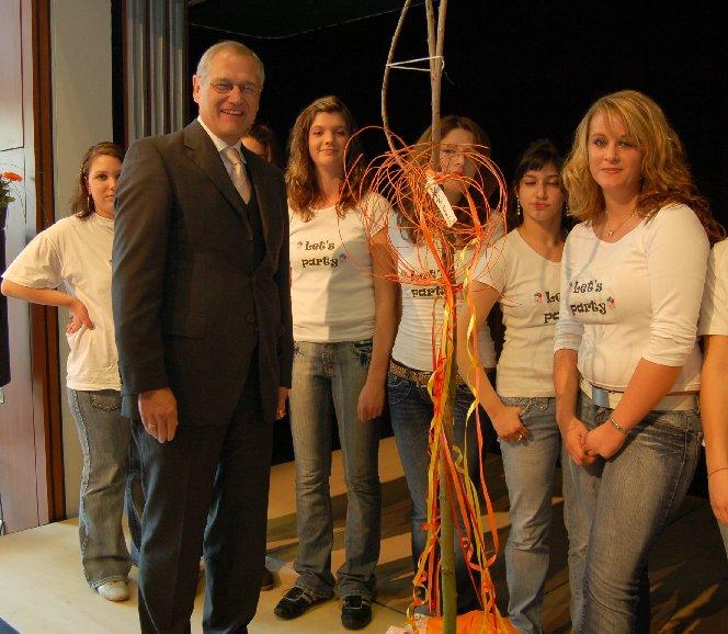 Herr Dr. Kirsch schenkt der Schule einen Kirschbaum – was sonst?