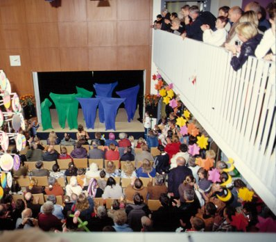 Dicht an dicht auch die Zuschauermassen bei den Tanzsäcken.