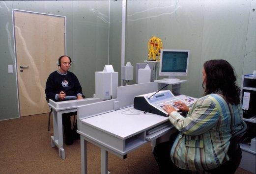 Im Audiometrieraum ließen einige Gäste ihr Gehör überprüfen.
