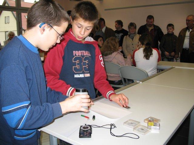 Schüler zeigen dem staunenden Publikum physikalische Versuche im Naturwissenschaftsraum.