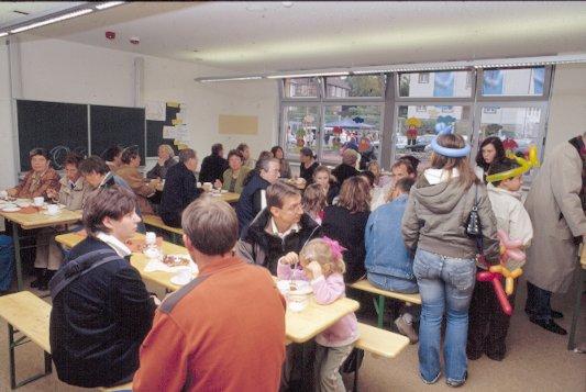 Nur die zahlreichen Elternspenden konnten den Hunger der Gäste nach Kuchen stillen.