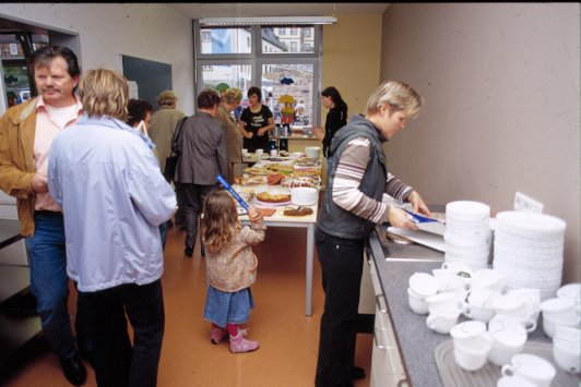 Eltern und Schüler halfen auch bei der Ausgabe von Kaffee und Kuchen.