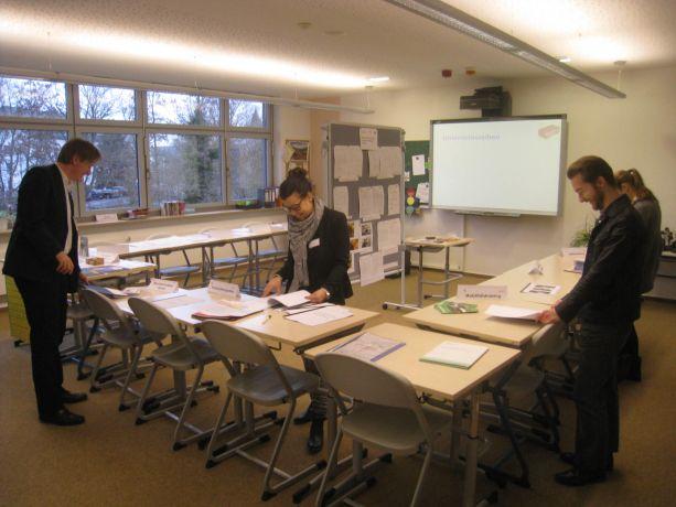Die Jurymitglieder prüfen eingehend das Konzept der Schule.