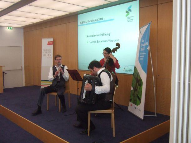 Das Ensemble Vinorosso führt musikalisch durch die Veranstaltung.