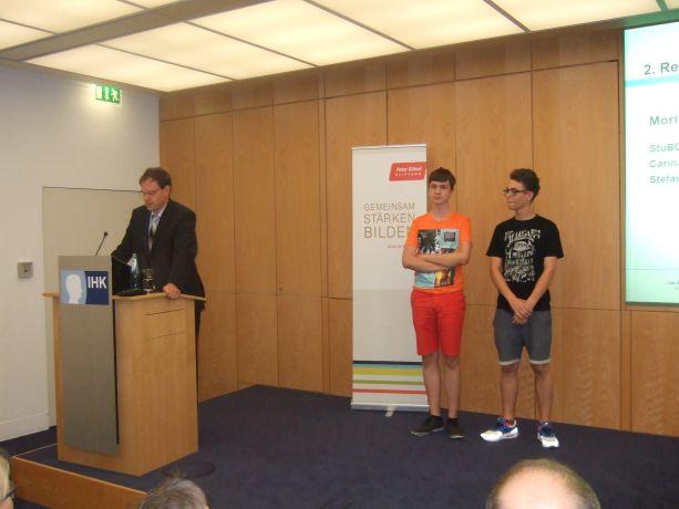 Herr Swen Binner von der IHK spricht die Laudatio für die Moritz-von-Büren-Schule.