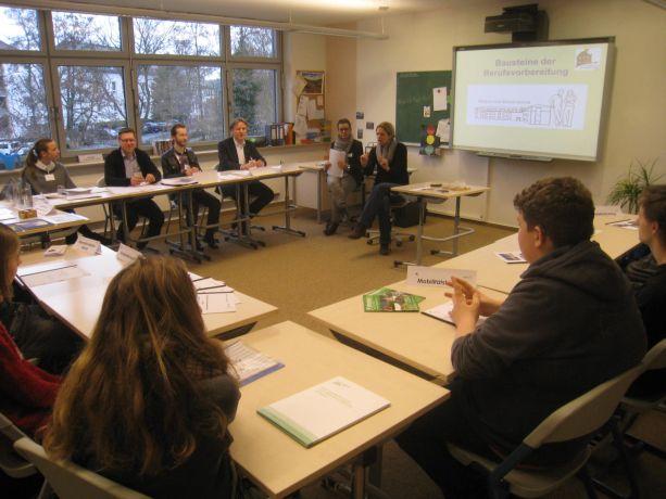 Die Ergebnisse der Prüfung werden besprochen und mit den Schulvertretern diskutiert.