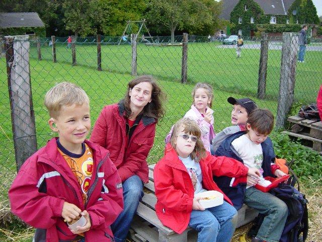 Die Klasse E belohnt sich nach der Labyrinthaufgabe durch ein Picknick.