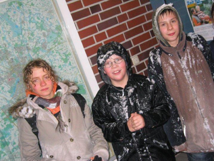 Erschöpfte Kämpfer nach der Schneeballschlacht