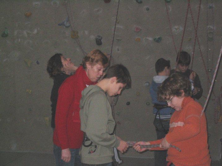 Das Klettern erfordert eine konzentrierte Vorbereitung.