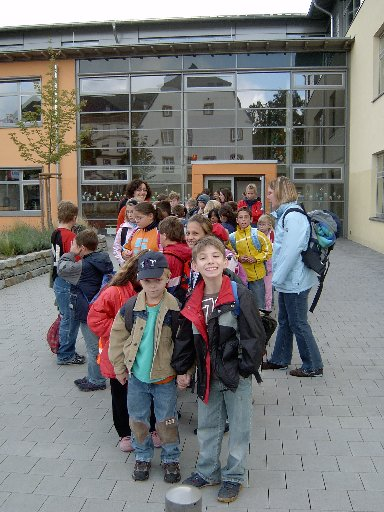 Gut gelaunt und ausgerüstet mit Wanderkleidung warten die Schüler am Start vor der Schule.