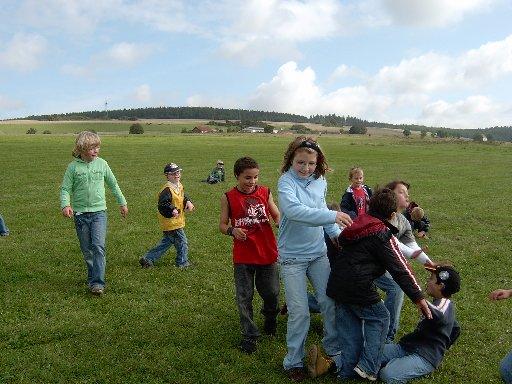 Die große Wiese regt zu zahlreichen Spielen im Freien an.