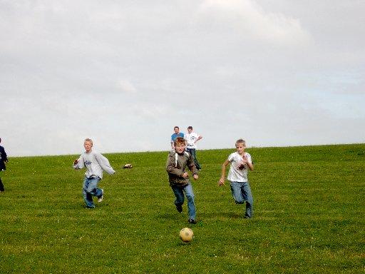 Hier kann man beim Fußballspiel ausgiebig den Ball rollen lassen.