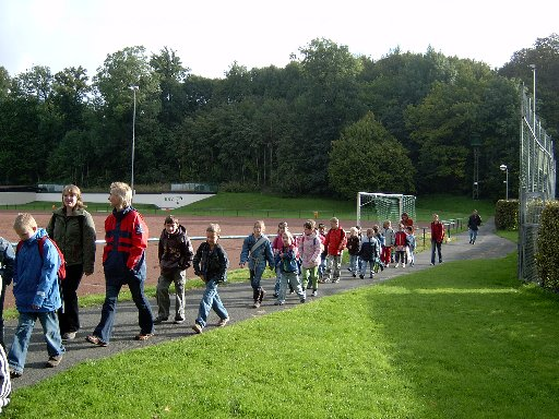 Der Weg führt bei gutem Wetter am Sportplatz vorbei.