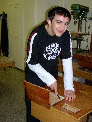 Bevor ein Tisch repariert werden kann, muss er gründlich gereinigt und bearbeitet werden.