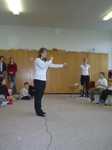 Frau Nückel, die Dirigentin, bittet um Aufmerksamkeit.