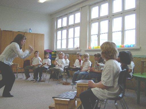 Mit vollem Körpereinsatz dirigiert Frau Nückel ihr Orchester.
