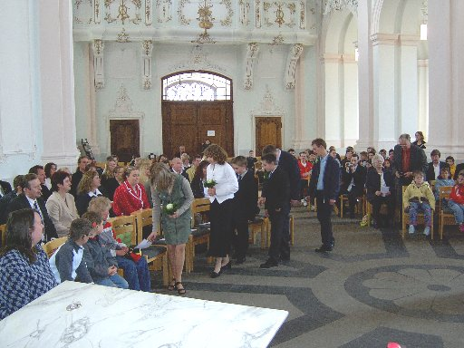 Beim Einzug in die Jesuitenkirche warten schon viele Gäste aus der Schule und der Verwandtschaft.