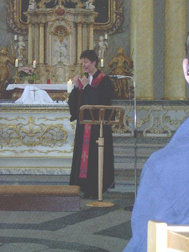 Frau Ziemssen begleitet ihre Worte für alle verständlich mit Gebärden.