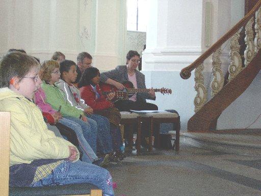 Ein bewährtes Lehrerteam sorgt für die musikalische Begleitung.