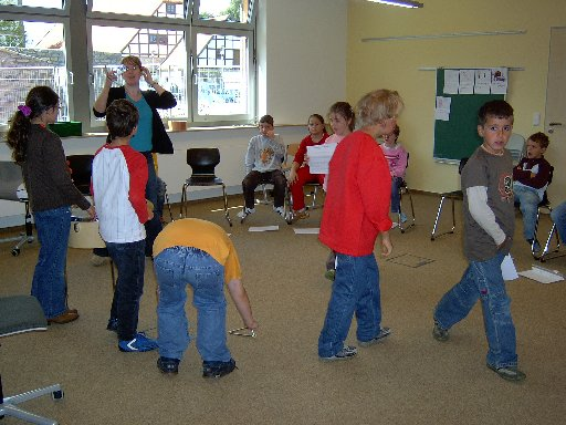 Beim ersten Üben des Stückes fällt schon mal ein Instrument auf den Boden.