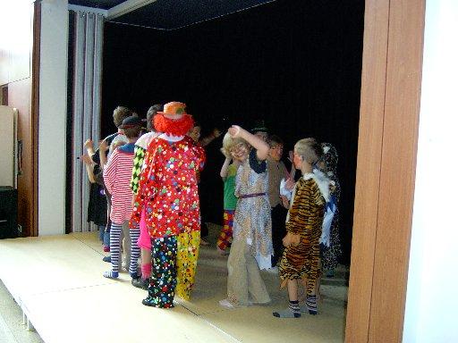 Die Zirkusleute betreten die Bühne.