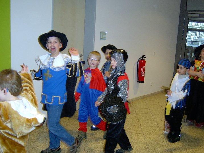 Schüler auf dem Weg zum großen Bühnenprogramm in der Aula.