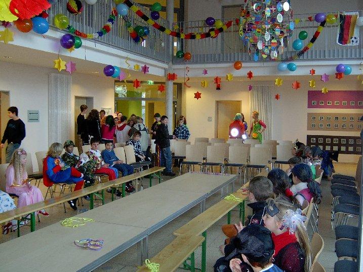 Am Vortag haben Schüler die Aula schon mit Laufsteg, Sitzplätzen und Dekoration vorbereitet.