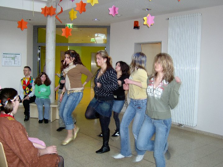 Die großen Mädchen zeigen einen zünftigen Tanz.