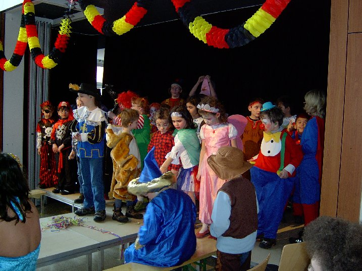 Alle diese Schüler wollen den Wettbewerb des schönsten Kostüms gewinnen.