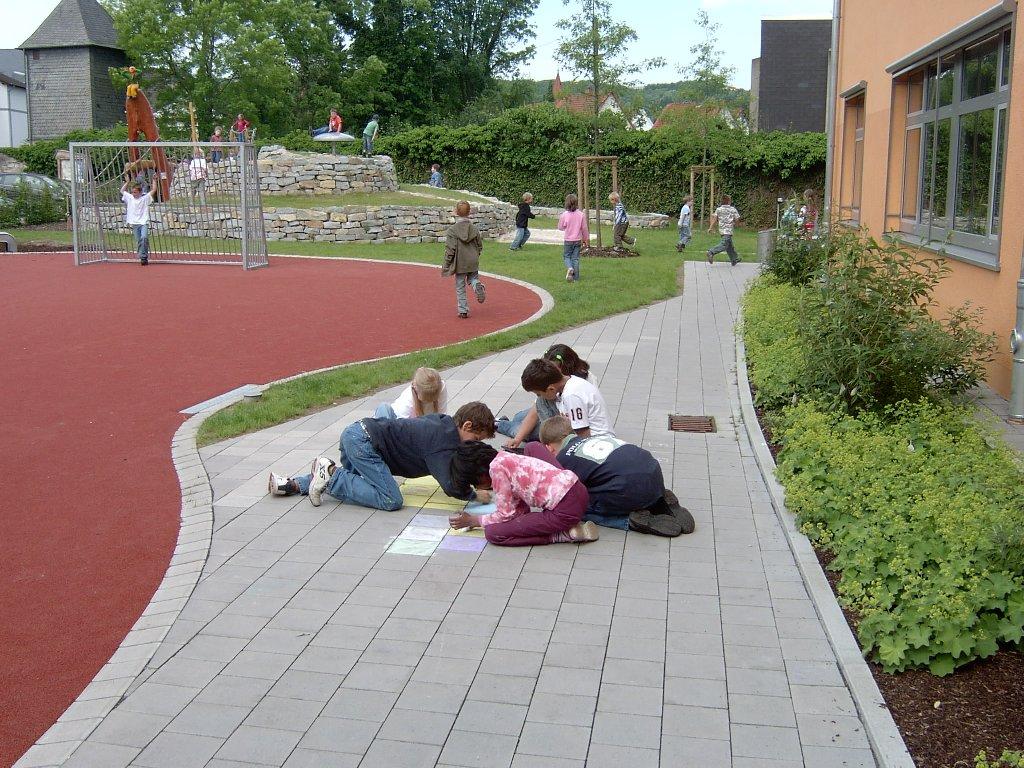 Auf dem Schulhof nutzen die Gäste und Gastgeber gemeinsam die zahlreichen Spielmöglichkeiten.