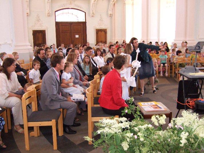 Die Jesuitenkirche war voll besetzt. Eltern, Angehörige und Schulgemeinde wollten die Kommunionkinder begleiten.