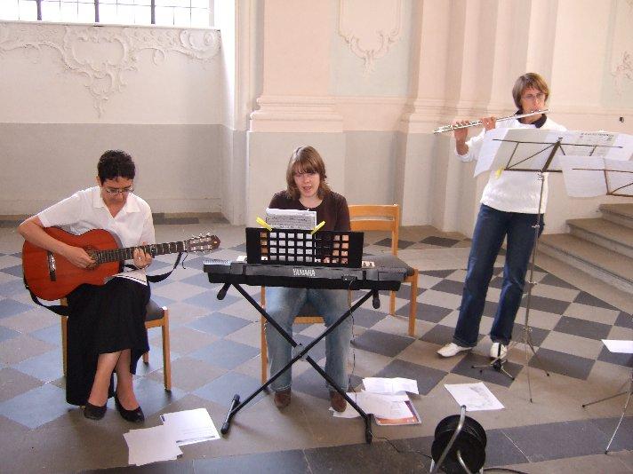 Lehrerinnen der Moritz-von-Büren-Schule begleiten die Feier musikalisch.
