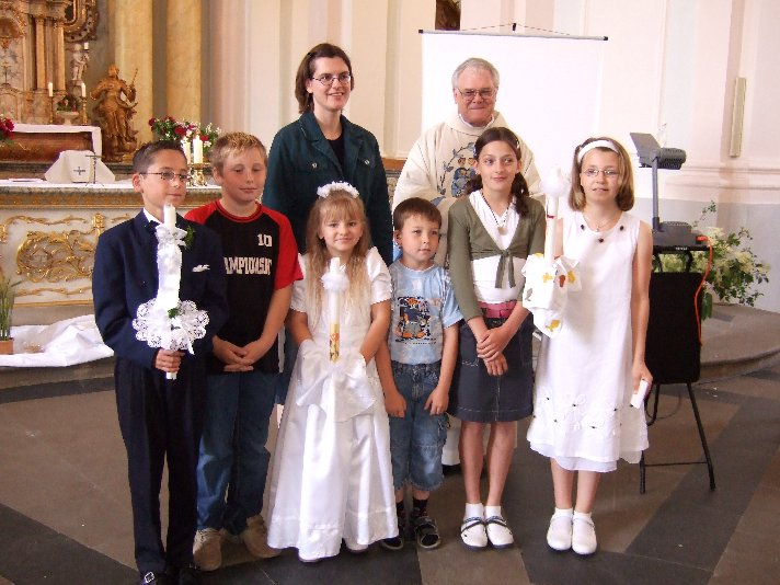 Gruppenbild mit den Kommunionkindern, ihren Begleitschülern, Pfarrer Brockmann und Frau Prüß